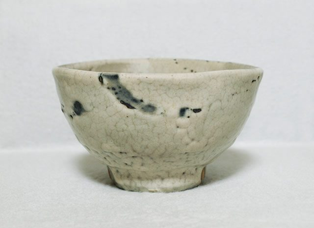 清水卯一 作 「灰釉茶碗」