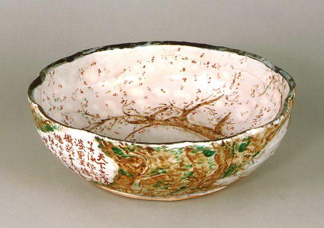 荒川豊藏 作 「色絵千古の桜鉢」
