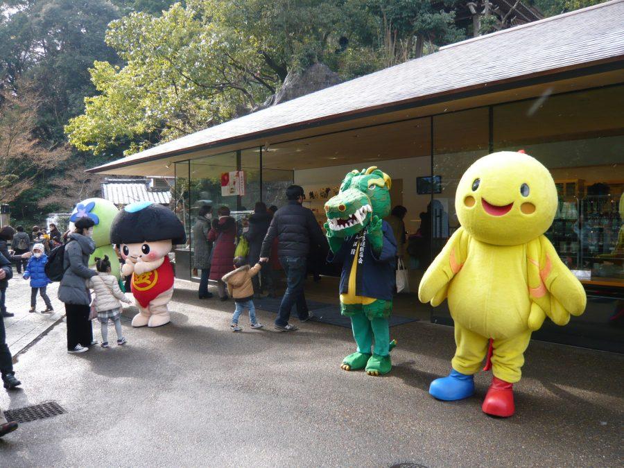 右から兵庫県のマスコット「はばタン」と清荒神参道の「さんぽリュウ」。
