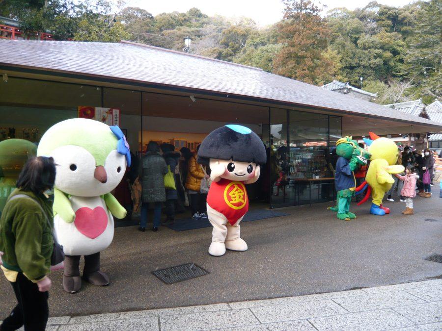 左から宝塚社協のマスコット「スミレン」、川西市の「きんたくん」
