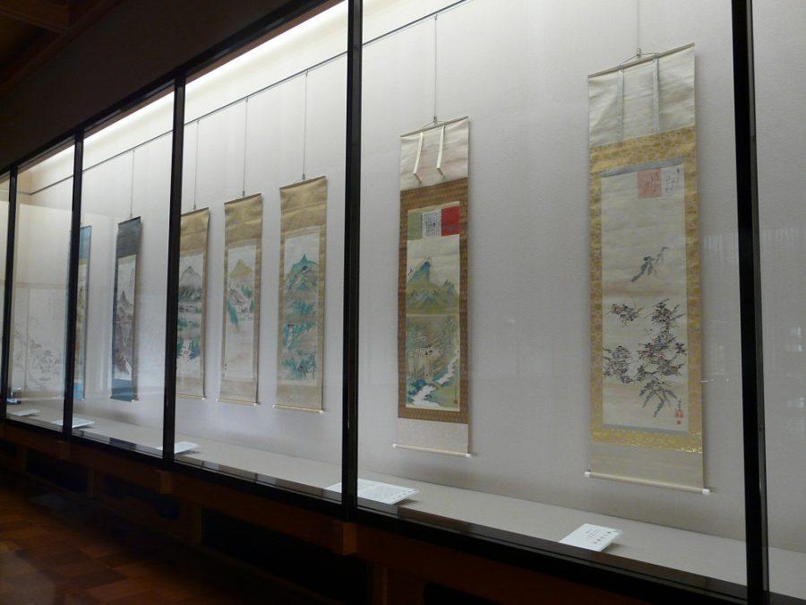 右:湊川の合戦を描いた《楠公忠戦図》