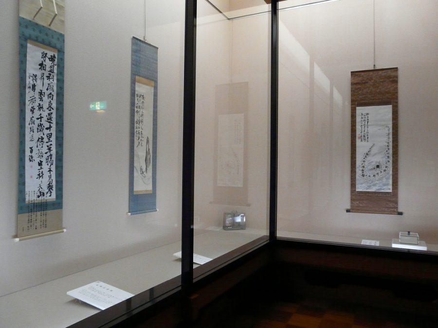 右:アイヌの民族を描いた《蝦夷人鶴舞図》と「足蹟遍天下」印