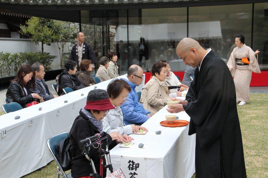 僧侶による接待