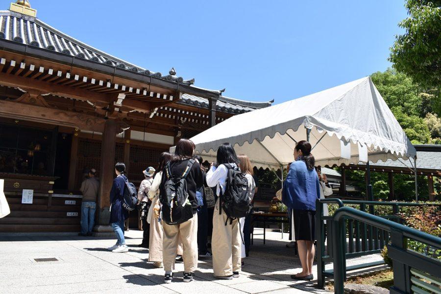 甘茶を受ける神戸芸術工科大学の皆さん