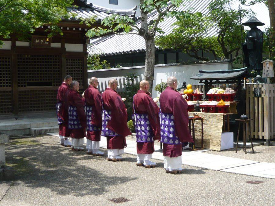 修行大使像前にて慶讃法要